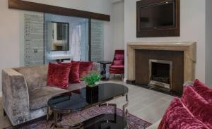 A seating area at Doubletree By Hilton London - Greenwich