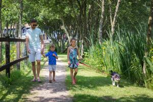 A family staying at The Lakes Rookley