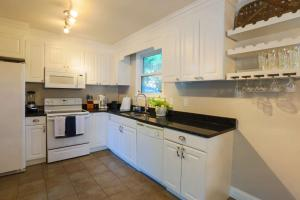 A kitchen or kitchenette at Family Tides