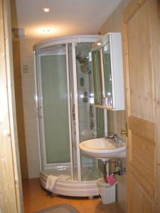 Ein Badezimmer in der Unterkunft Pension Parzer Pressbaum bei Wien
