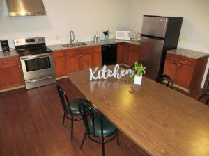 A kitchen or kitchenette at Boulder Twin Lakes Inn