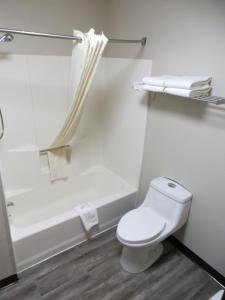A bathroom at Boulder Twin Lakes Inn