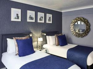 A bed or beds in a room at Mercure Honiley Court Hotel