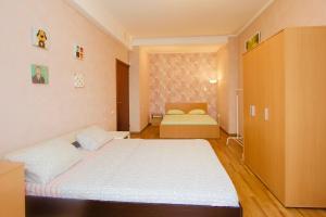 Кровать или кровати в номере KvartiraSvobodna - Apartaments Kievskaya 2room studio