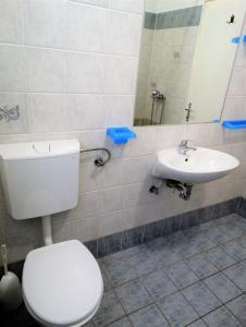 A bathroom at Apartments Ronald
