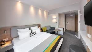 A bed or beds in a room at Holiday Inn Express Munich - City East
