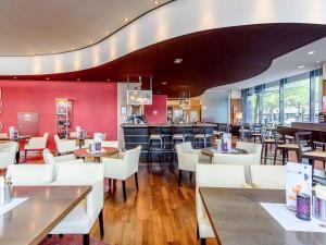 Un restaurante o sitio para comer en Novotel Aachen City