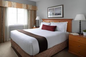 A bed or beds in a room at Rivertide Suites