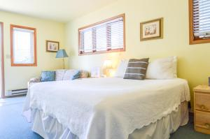 A bed or beds in a room at Sea Treasures Inn