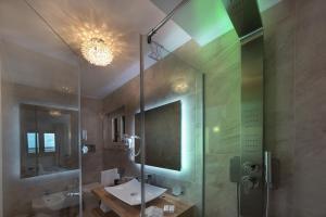 A bathroom at Artemide Hotel