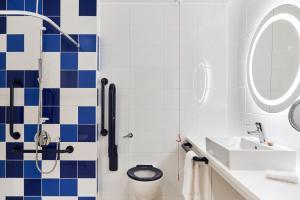 A bathroom at Hotel Indigo Birmingham