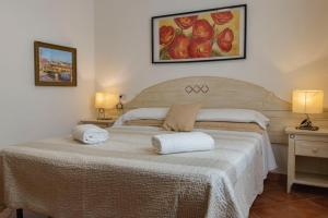 A bed or beds in a room at Cicerone Guest House