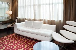A seating area at Hotel Indigo London Tower Hill