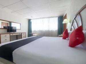 Cama o camas de una habitación en Capital O Hotel Casa Real Celaya
