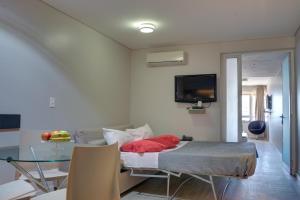 Uma TV ou centro de entretenimento em Regency Rambla Design Apart Hotel