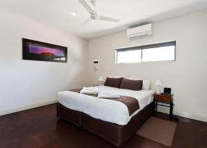 A bed or beds in a room at Alice On Todd Apartments