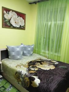 Кровать или кровати в номере Hostel Den' & Noch'