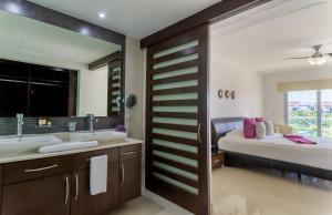 Ванная комната в Mareazul Beach Front Resort Playa del Carmen