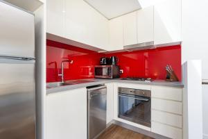 A kitchen or kitchenette at Leichhardt Self-Contained Modern One-Bedroom Apartment (9NOR)