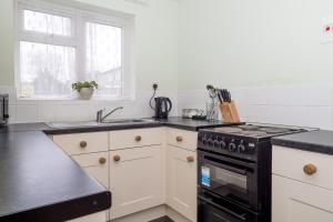 A kitchen or kitchenette at Queen Elizabeth Place