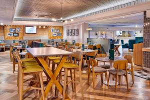 A restaurant or other place to eat at Holiday Inn Taunton M5, Jct25