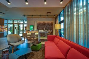 Ein Sitzbereich in der Unterkunft Holiday Inn Prague Airport