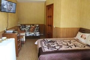 A bed or beds in a room at Tsvetok i Kamen