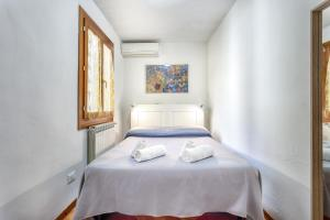A bed or beds in a room at Appartamenti San Lorenzo