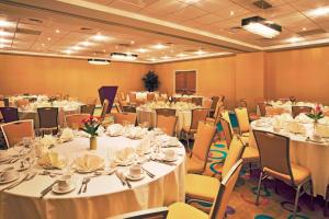 A restaurant or other place to eat at Holiday Inn - Sarasota Bradenton Airport
