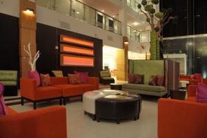 The lobby or reception area at Holiday Inn - Sarasota Bradenton Airport