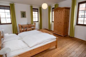 Ein Bett oder Betten in einem Zimmer der Unterkunft Schlosshotel Höfingen