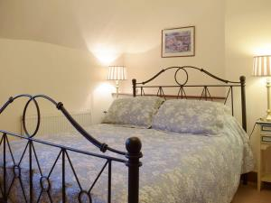 A bed or beds in a room at River Cottage 2