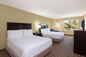 A bed or beds in a room at Holiday Inn Express Newport Beach, an IHG Hotel