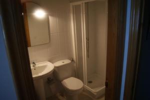 A bathroom at Gran Vía