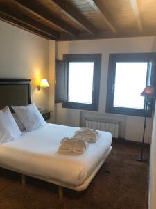 A bed or beds in a room at Hotel Balcón de la Cuesta