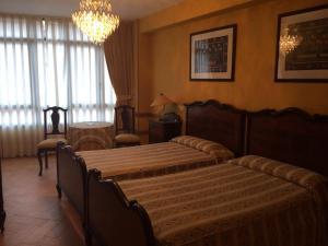 A bed or beds in a room at Hotel Nueva Allandesa