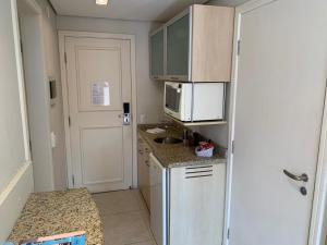 A kitchen or kitchenette at Jurerê Beach Village - Flat na Praia