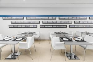 A restaurant or other place to eat at Eurostars Blue Coruña