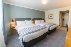 A bed or beds in a room at Holiday Inn Brentwood