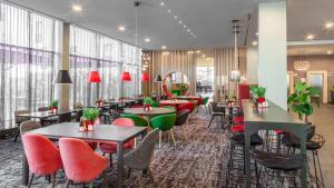 En restaurant eller et andet spisested på Holiday Inn Munich - Westpark