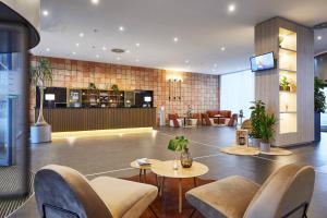 The lounge or bar area at INNSiDE by Meliá Bremen