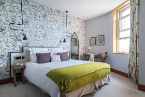 A bed or beds in a room at Castelbrac Hotel & Spa