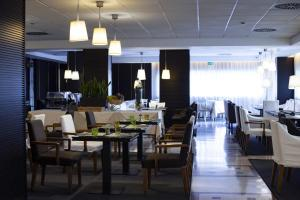 A restaurant or other place to eat at BV Hotel Oly