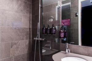 Ett badrum på Arken Hotel & Art Garden Spa