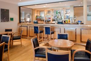 The lounge or bar area at Holiday Inn Leeds-Wakefield M1 Jct40