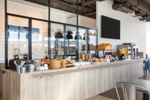 Ein Restaurant oder anderes Speiselokal in der Unterkunft ibis budget Bussigny Lausanne