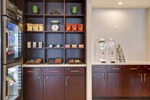 A kitchen or kitchenette at Holiday Inn - Ottawa Dwtn - Parliament Hill
