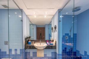 A bathroom at Hikka Tranz by Cinnamon