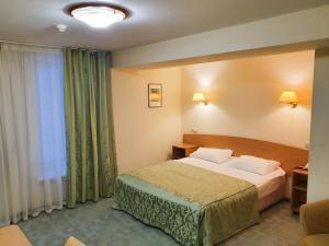 Кровать или кровати в номере АМАКС Сафар-отель