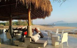 A restaurant or other place to eat at The Blue Sky Resort @ Koh Payam